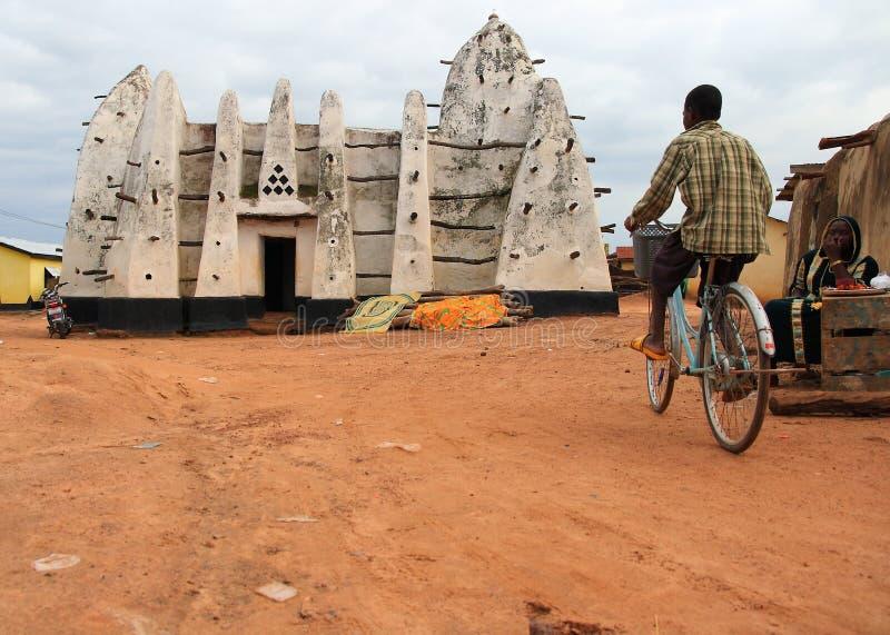 Het cirkelen voor de verering in een klei Afrikaanse moskee royalty-vrije stock foto's