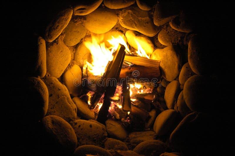 Het cirkelkampvuur van de rotskuil bij nacht bij Sombrio-Strand stock afbeelding