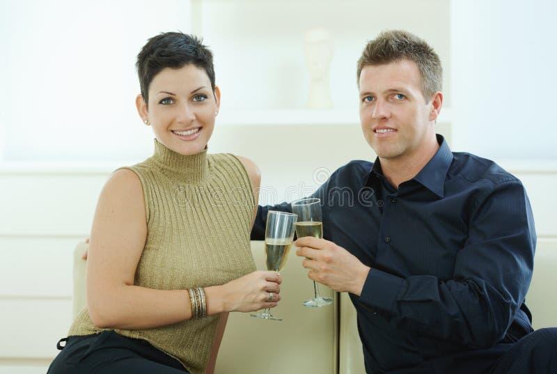Het clinking van het paar met champagne royalty-vrije stock afbeelding