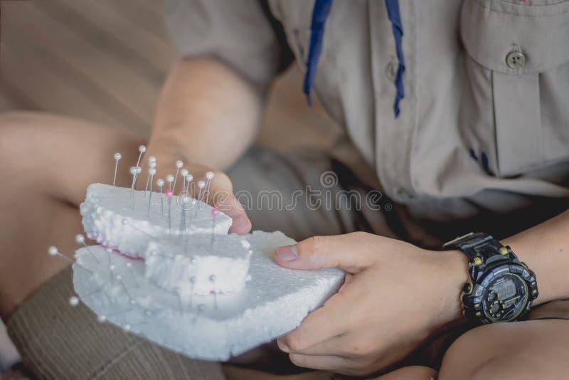 Het close-up aan Studentenhanden verfraait de gordijnen verfraai royalty-vrije stock foto