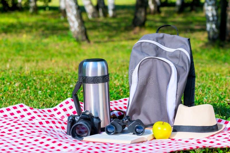 Het close-up op een tafelkleed in een park heeft voor een picknick en een rust bezwaar stock afbeelding