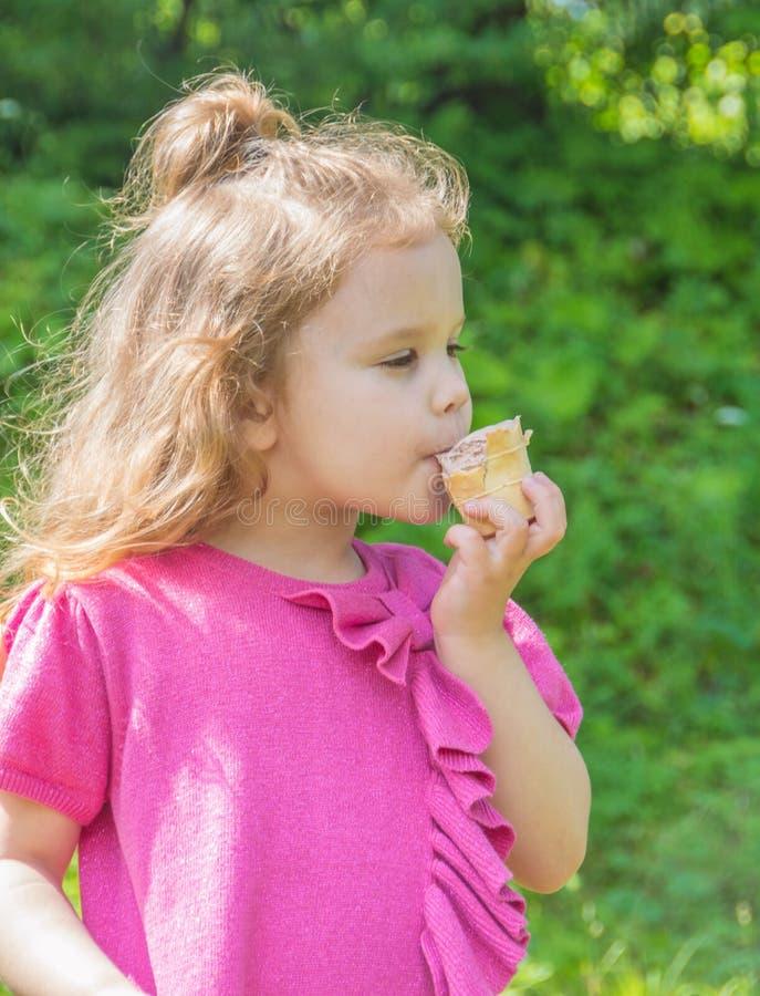 Het close-up, in het Park die de baby lopen eet, roomijs stock fotografie