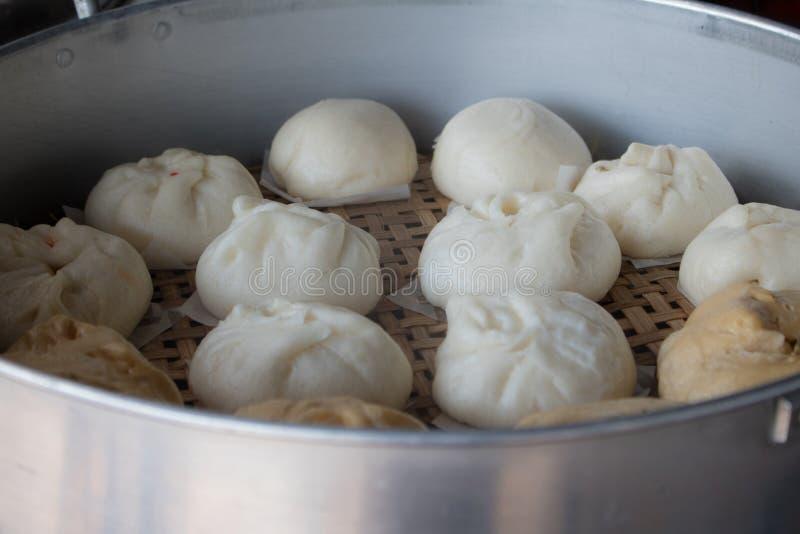 Het close-up stoomde materiaalbroodjes in de markt royalty-vrije stock foto's
