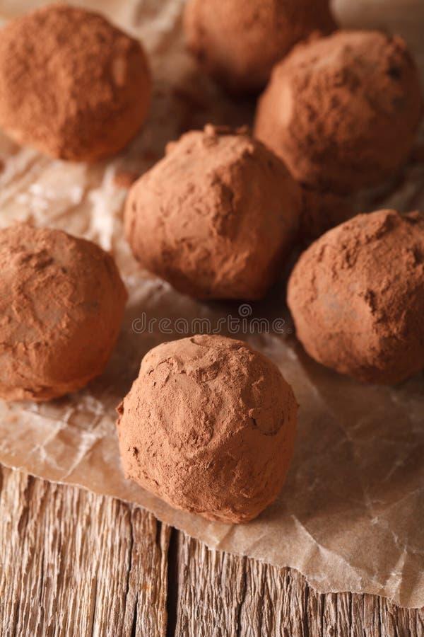 Het close-up van chocoladetruffels op een houten lijst verticaal stock foto
