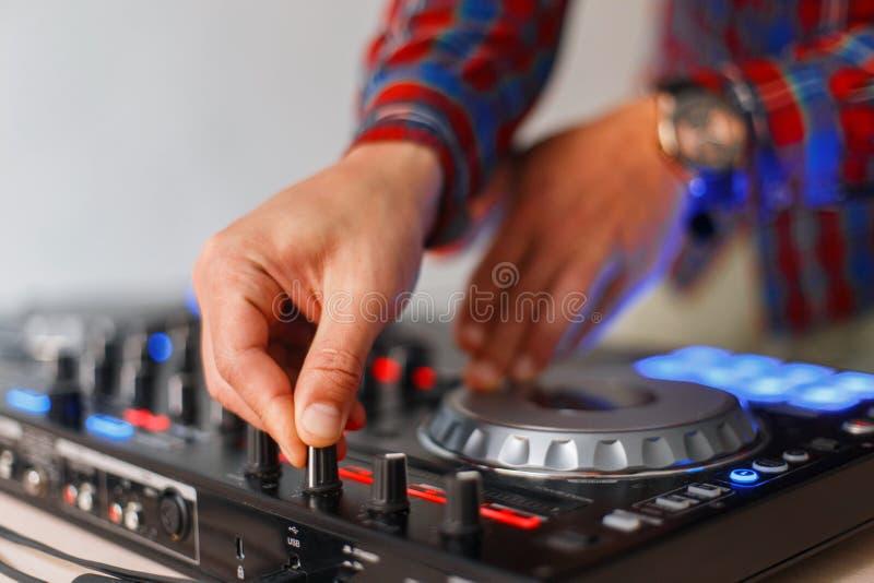 Het close-up van de mannelijke handen van DJ wordt gespeeld op de audio stock foto