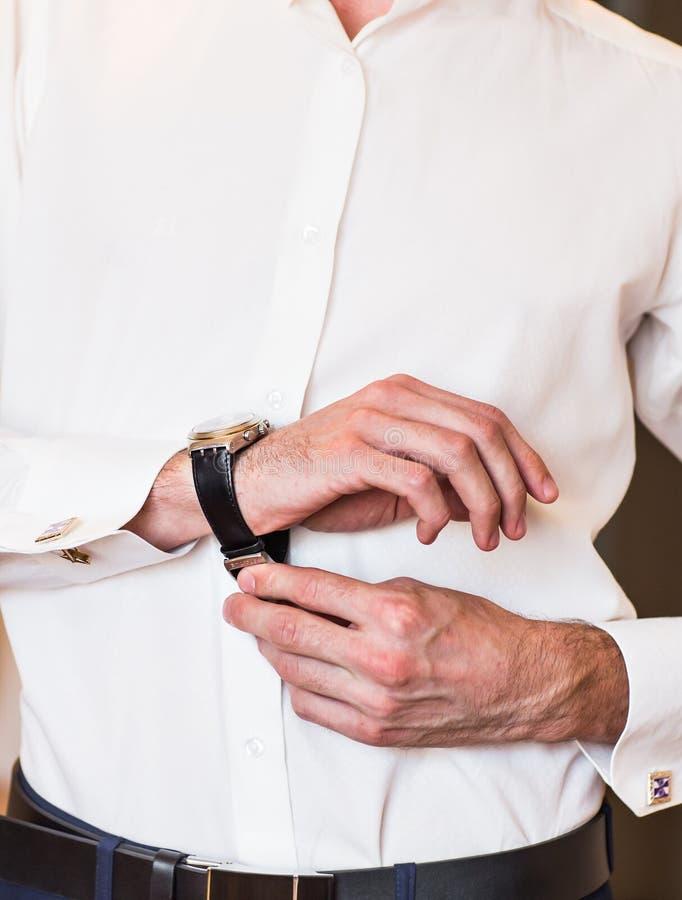 Het close-up van de mens zet op een horloge royalty-vrije stock afbeeldingen