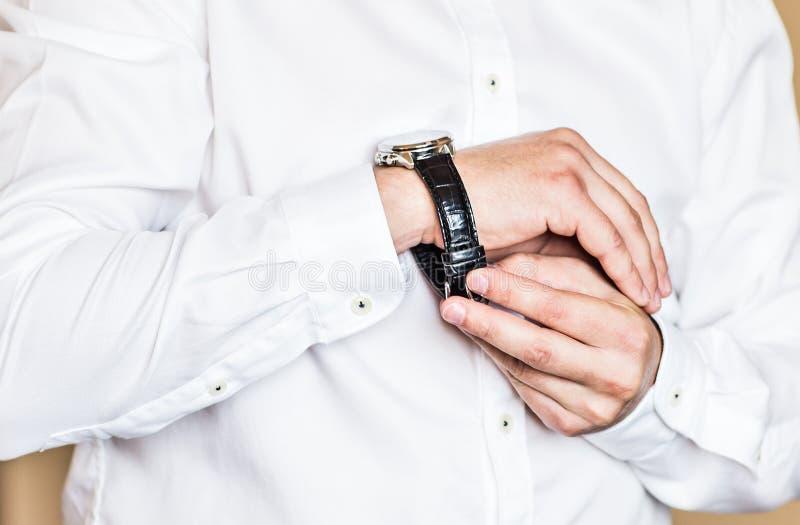 Het close-up van de mens zet op een horloge royalty-vrije stock foto's
