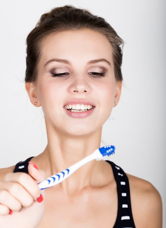 Het close-up van een jonge vrouw borstelt haar tanden Tandgezondheidszorgconcept royalty-vrije stock foto