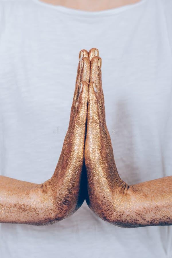 Het close-up van gouden wijfje dient een yoga in stelt stock foto's