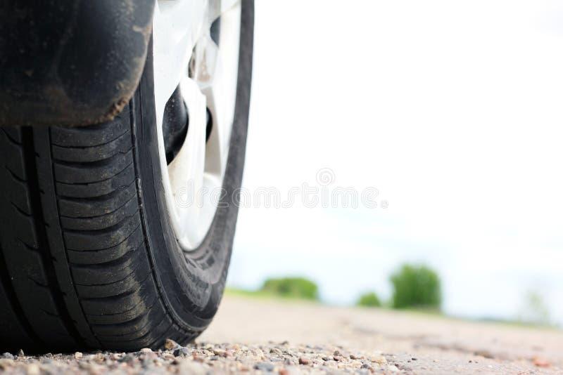 Het close-up van het autowiel op de weg stock afbeeldingen