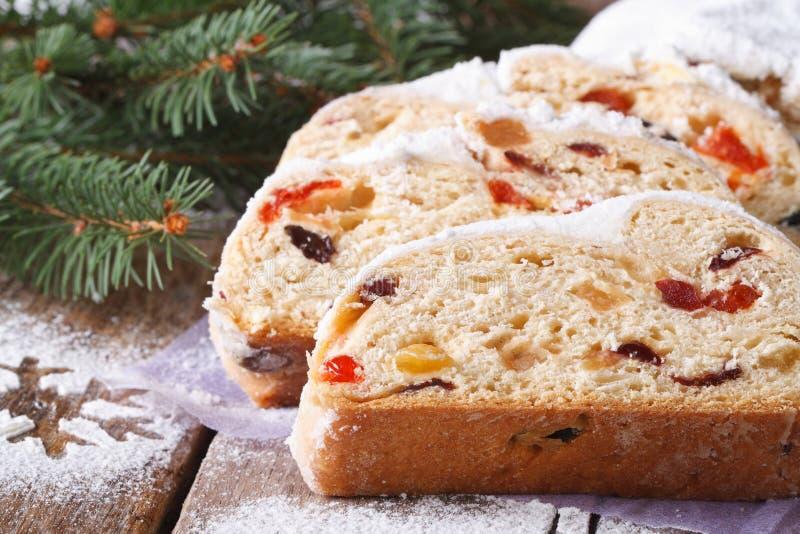 Het close-up van het broodstollen van het Kerstmisfruit, horizontale, rustieke stijl stock afbeelding