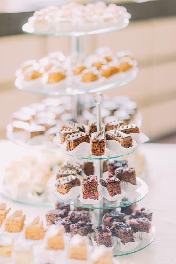 Het close-up van het dessertbuffet met de heerlijke bakkerij van het zoete chocoladesuikerglazuur royalty-vrije stock afbeelding