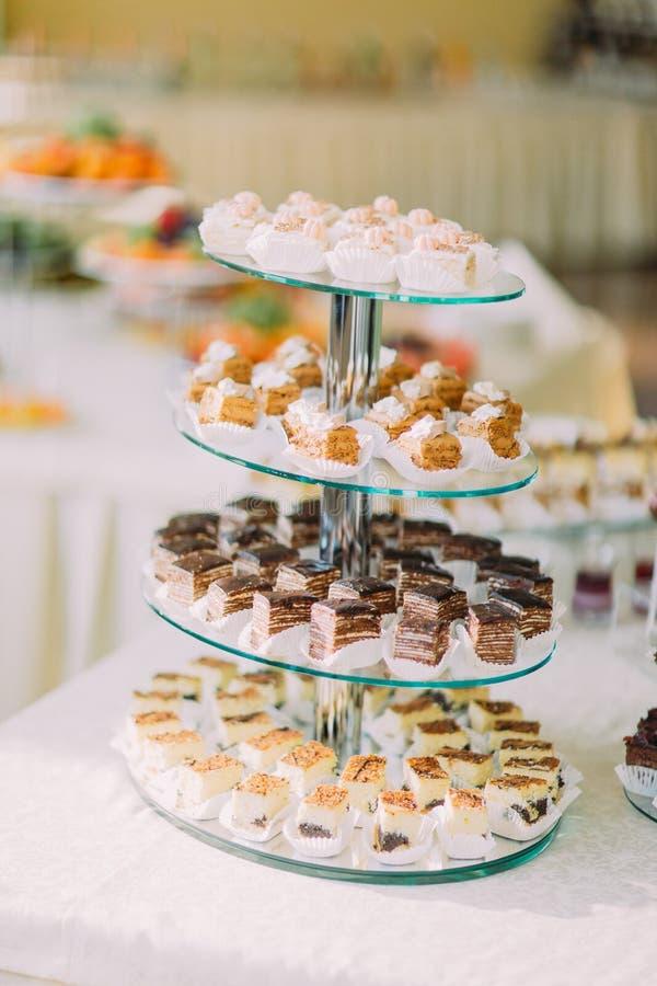 Het close-up van het dessertbuffet met heerlijke zoete chocolade en roombakkerij stock afbeeldingen