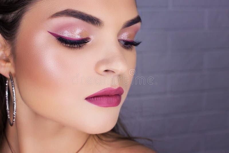 Het close-up van make-uppijlen, professionele make-up voor het brunette stock foto