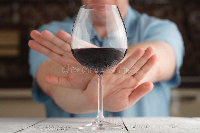 Het close-up van mannelijke Hand verwerpt een Aangeboden Glas wijn stock fotografie