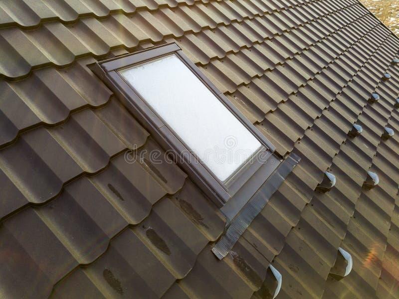 Het close-up van nieuw zolder plastic die venster wordt geïnstalleerd in shingled huisdak De professioneel gedaane bouw en bouwwe stock afbeelding