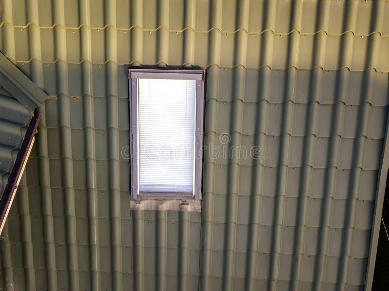 Het close-up van nieuw zolder plastic die venster wordt geïnstalleerd in shingled huisdak De professioneel gedaane bouw en bouwwe stock afbeeldingen