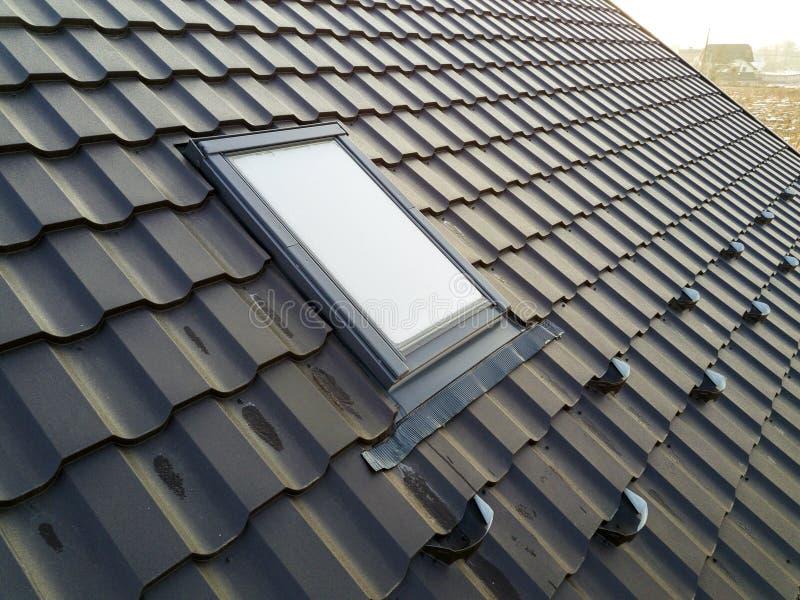 Het close-up van nieuw zolder plastic die venster wordt geïnstalleerd in shingled huisdak De professioneel gedaane bouw en bouwwe stock fotografie