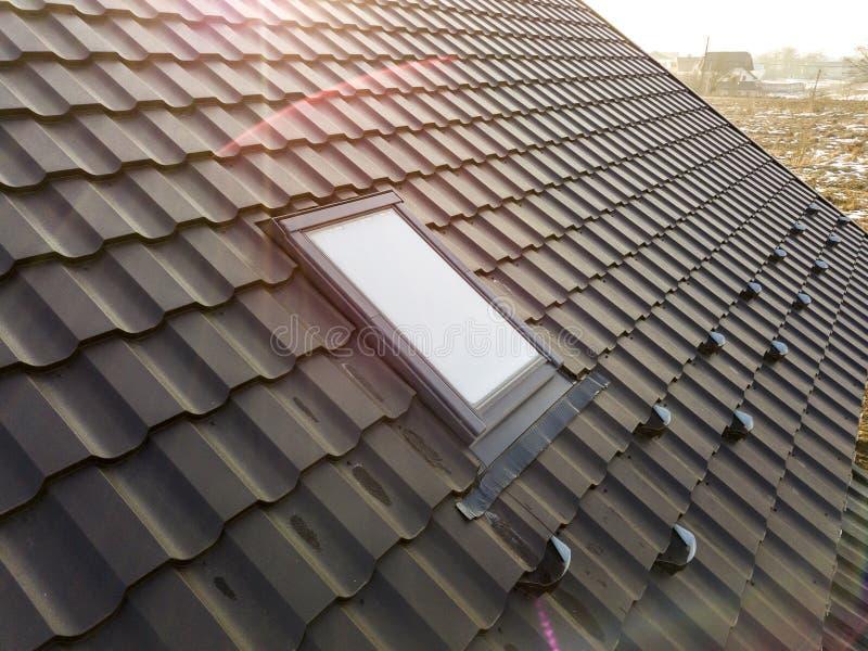 Het close-up van nieuw zolder plastic die venster wordt ge?nstalleerd in shingled huisdak De professioneel gedaane bouw en bouwwe stock fotografie