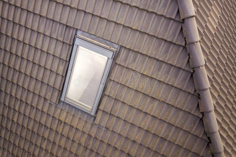 Het close-up van nieuw zolder plastic die venster wordt ge?nstalleerd in shingled huisdak De professioneel gedaane bouw en bouwwe stock foto's