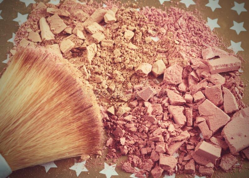 Het close-up van verpletterd poeder en bloost beige kleur met make-upborstel stock afbeelding