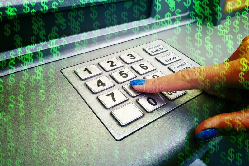 Het close-up van woman's overhandigt het introduceren van speldcode bij ATM-machine voor contant geldterugtrekking royalty-vrije stock afbeeldingen