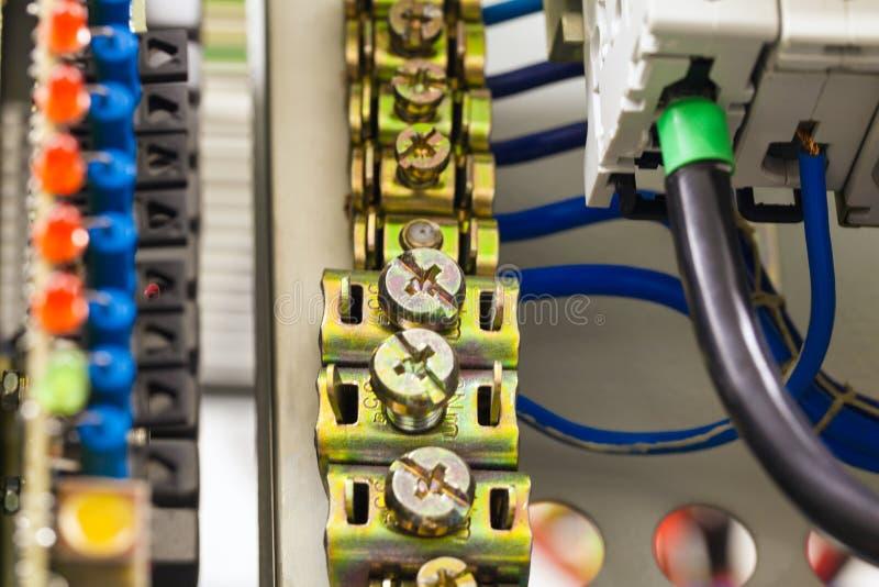 Het close-upbeeld van elektrodraden wordt verbonden met cuprumklemmen in machtssysteem van direct voltage met elektro stock foto