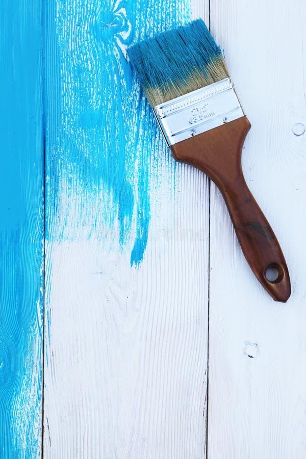 Het close-upbeeld van hobbelig houten tafelblad schilderde blauw stock fotografie