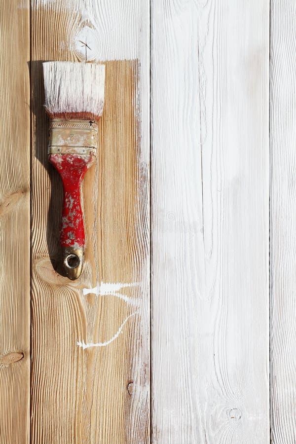 Het close-upbeeld van hobbelig houten tafelblad schilderde wit stock foto's