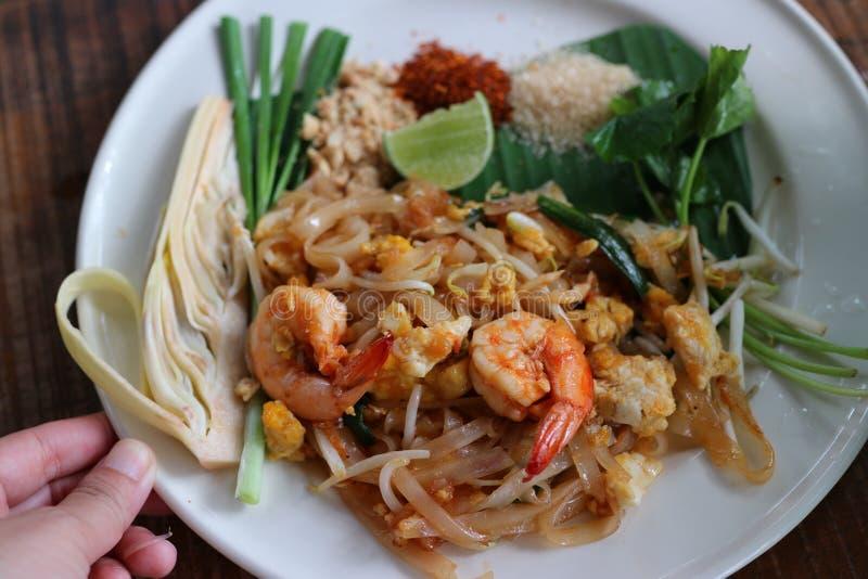 Het close-upbeeld van Stootkussen Thaise, verse garnalen, populair Thais voedsel, zette groenten in een plaat royalty-vrije stock foto's