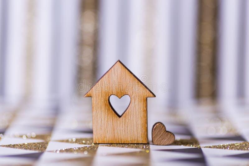 Het close-upblokhuis met gat in vorm van hart op geometrische abstracte achtergrond met gouden schittert royalty-vrije stock foto