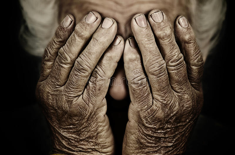 Het close-upportret drukte oude vrouw in behandelend haar gezicht met hand stock fotografie