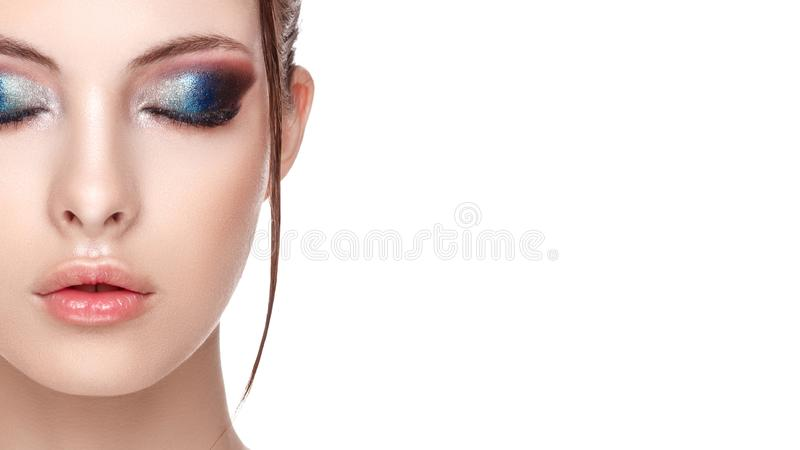 Het close-upportret van een mooi jong model met mooie betoverende make-up, het natte effect op haar gezicht en het lichaam, ogen  stock foto's