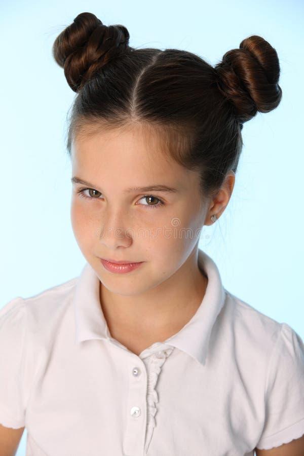Het close-upportret van een vrij modieus donkerbruin kindmeisje kijkt in ongeloof stock foto's