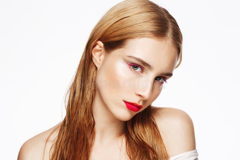 Het close-upportret van jong mooi schuw meisje met licht maakt omhoog Witte achtergrond Geïsoleerde stock foto's