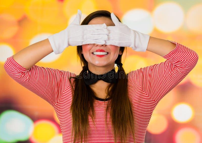 Het close-upportret van leuke jonge meisjesclown bootst het behandelen van haar ogen na royalty-vrije stock foto