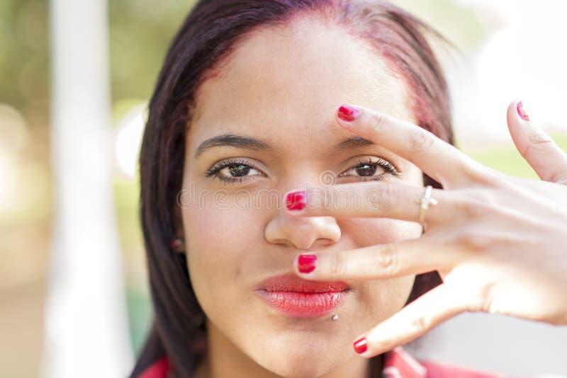 Het close-upportret van vrouw behandelde haar gezicht met hand stock afbeeldingen