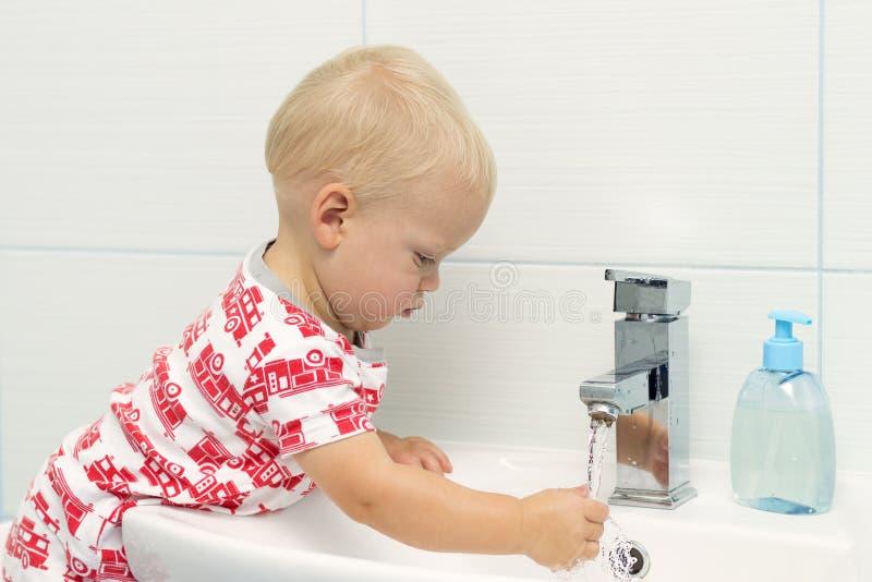 Het close-upportret van weinig witte Kaukasische jongenspeuter één éénjarigewas dient badkamers en het kijken in verrast opgewekt stock fotografie