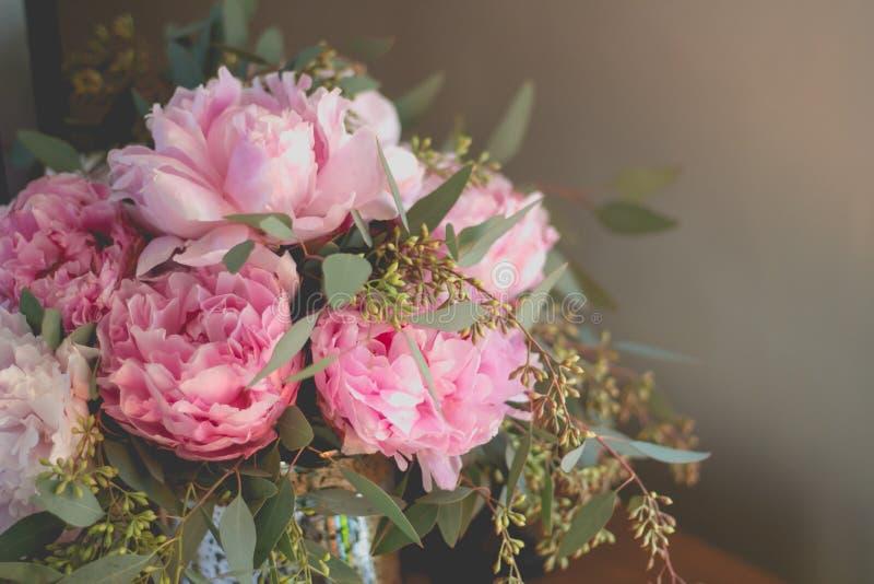 Het close-upschot van een boeket van roze rozen en andere bloemen met groen doorbladert stock afbeelding