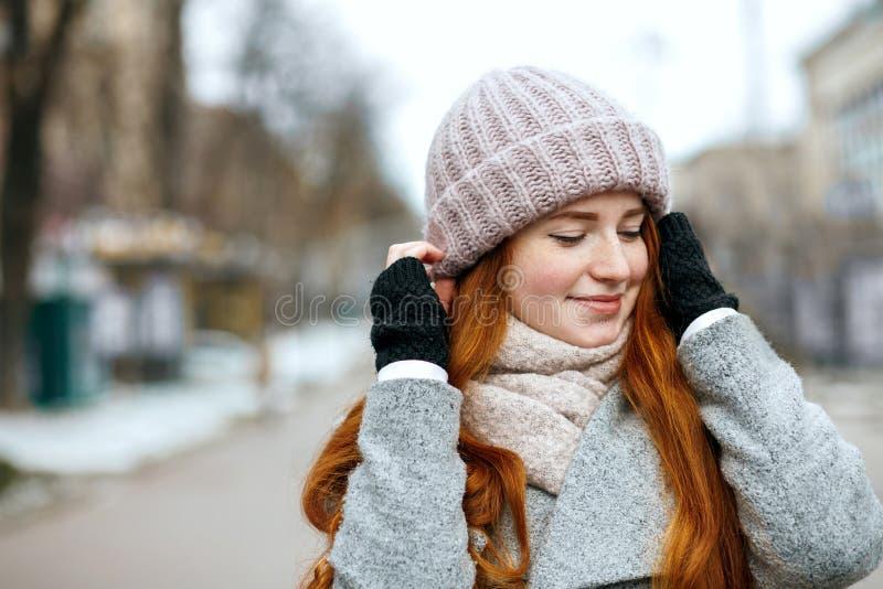 Het close-upschot van glimlachende gembervrouw met het lange haar dragen breit royalty-vrije stock afbeelding