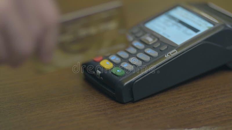 Het close-upschot van klant betaalt de draadloze handel kaart-lezer Volwassen menselijke handen van de bankkaart van het zakenman stock foto's