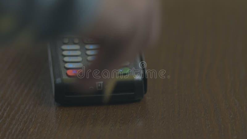 Het close-upschot van klant betaalt de draadloze handel kaart-lezer Volwassen menselijke handen van de bankkaart van het zakenman stock foto