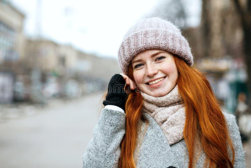 Het close-upschot van positief gembermeisje met het lange haar dragen breit royalty-vrije stock afbeelding