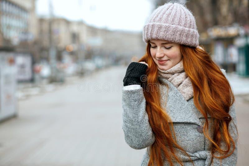 Het close-upschot van verbazend gembermodel met het lange haar dragen breit royalty-vrije stock fotografie