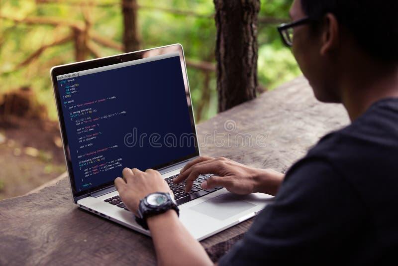 Het coderen en programmering voor Webontwikkeling en het concept die van het Webontwerp laptop/computer met behulp van royalty-vrije stock afbeelding