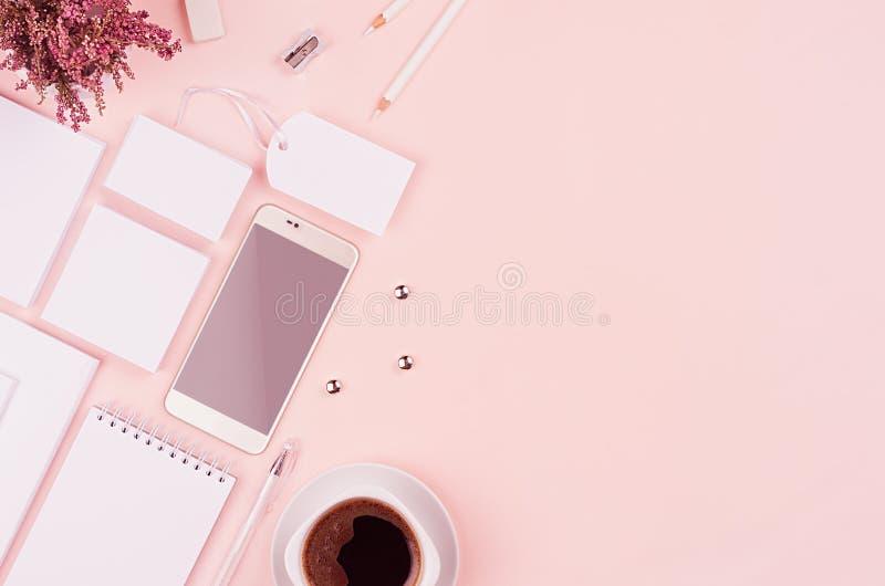 Het collectieve identiteitsmalplaatje met witte kantoorbehoeftenreeks, heide bloeit, koffie, telefoon op zachte pastelkleur roze  royalty-vrije stock foto