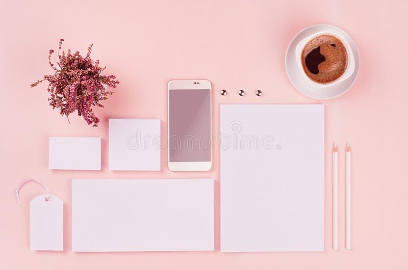 Het collectieve identiteitsmalplaatje, witte lege die kantoorbehoeften met heide wordt geplaatst bloeit, koffie, telefoon op zach stock fotografie