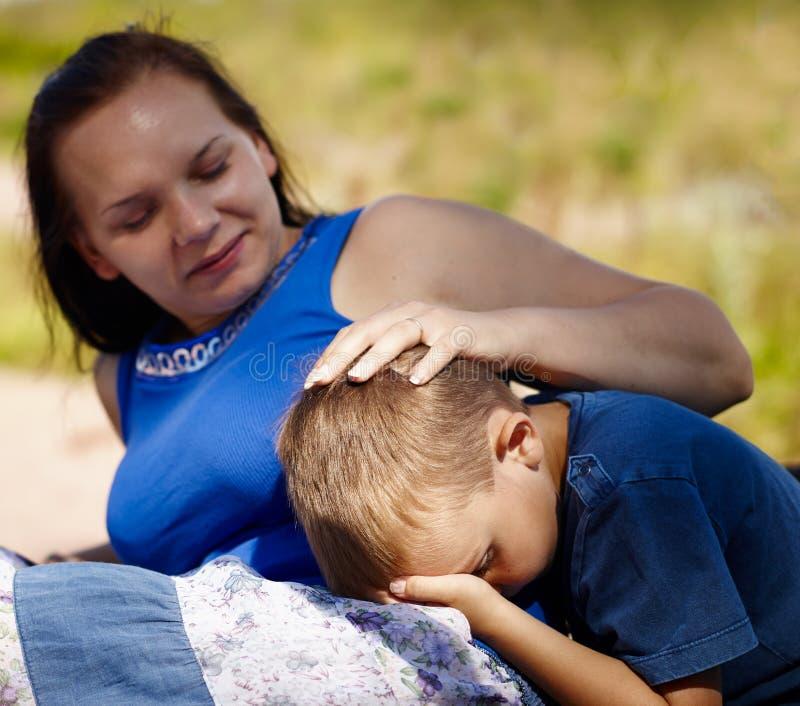 Het comfort van de moeder stock afbeelding