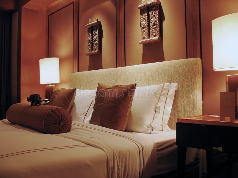 Het comfortabele Bed van het Hotel stock afbeelding