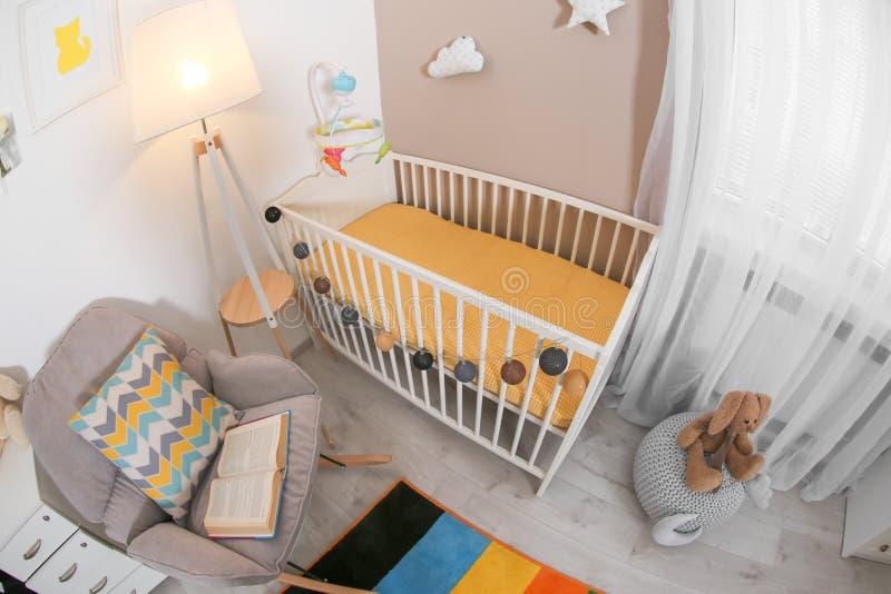 Het comfortabele binnenland van de babyruimte met voederbak stock fotografie